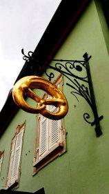 Letrero bretzel dorado comercio calles Gengenbach