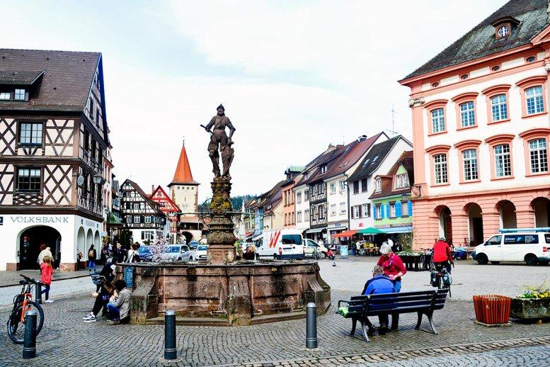 Turistas plaza principal medieval centro histórico Gengenbach