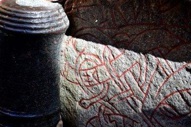Dibujos ancestrales piedras rúnicas Gamla Stan centro Estocolmo
