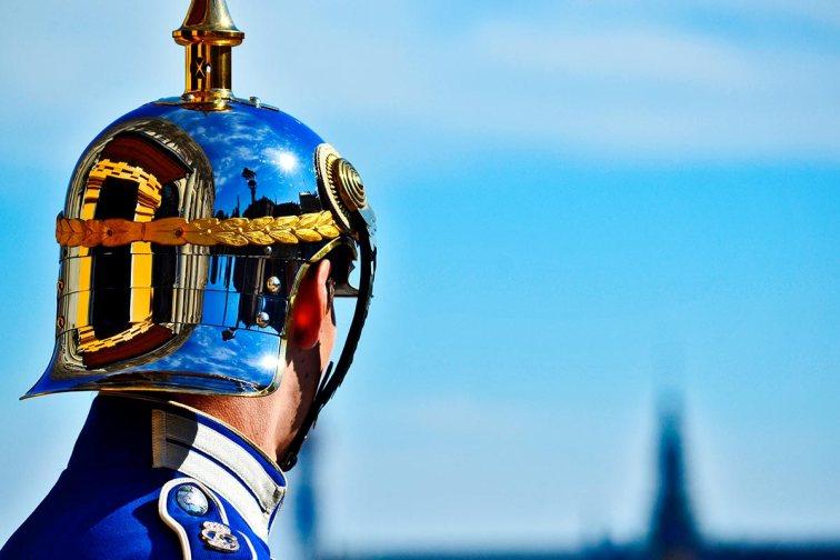 Reflejos casco soldado guardia real Suecia Palacio Real Estocolmo