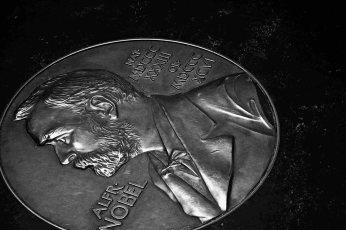 Moneda gigante Alfred Nobel Museo Nobel Estocolmo blanco y negro