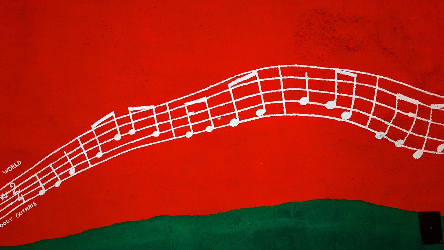 Decoración mural rojo notas musicales metro Estocolmo Solna Centrum