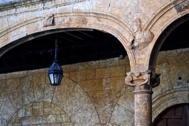 Detalle farol escultura arcos piedra fachada ayuntamiento Ciudad Rodrigo Salamanca