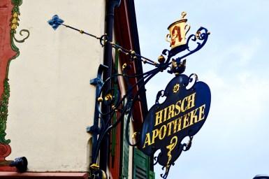 Rótulo comercio fachada barroco Hirsch Apotheke farmacia centro Offenburg Alemania