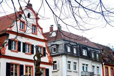 Fachadas estilo barroco alemán colores escultura calle principal Offenburg Selva Negra