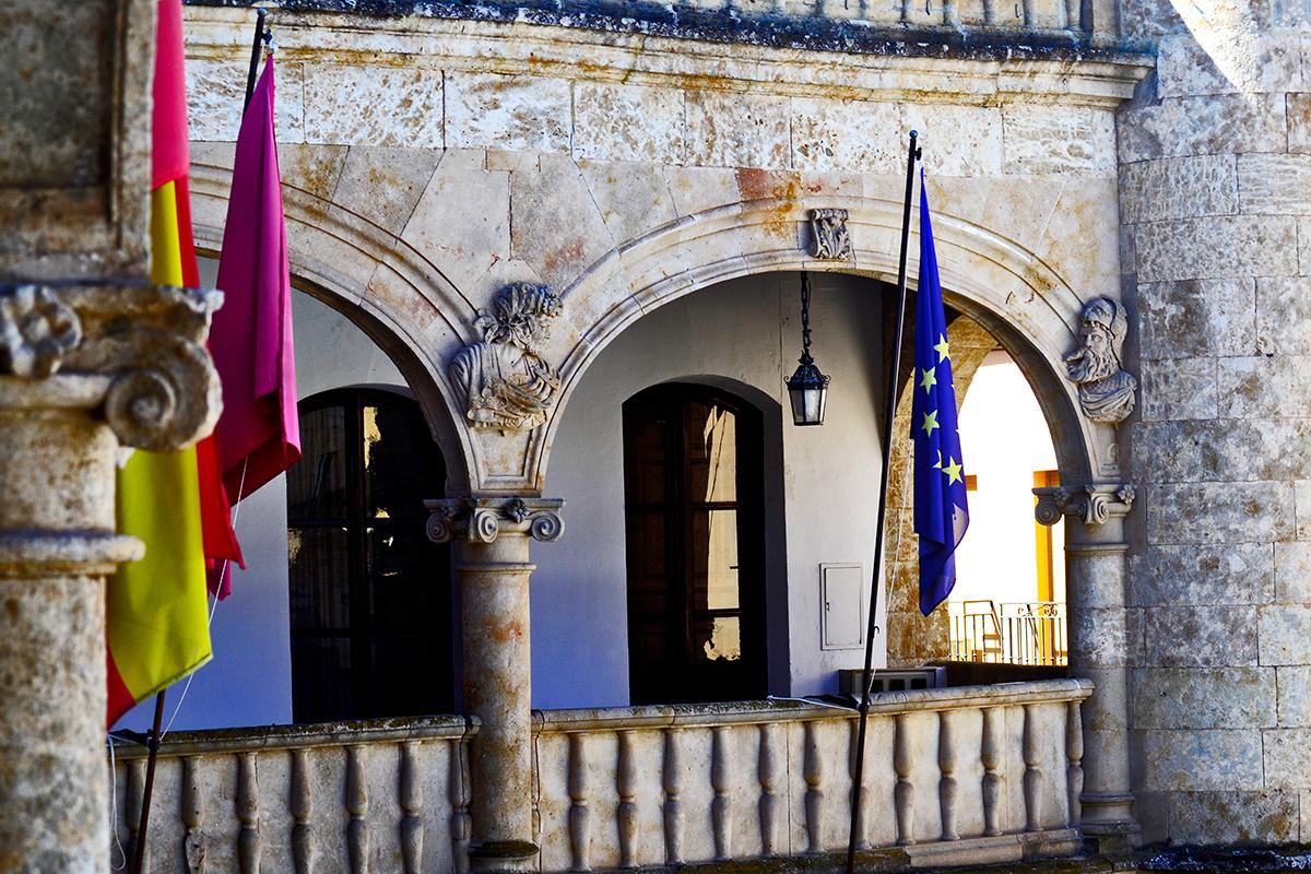 Balconada piedra columnas arcos esculturas banderas ayuntamiento Ciudad Rodrigo Salamanca