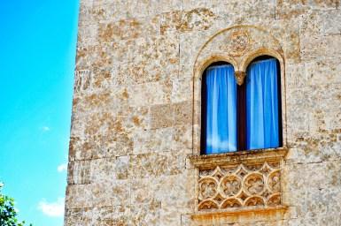 Ventana veneciana cortina pared edificio gótico centro Ciudad Rodrigo Salamanca