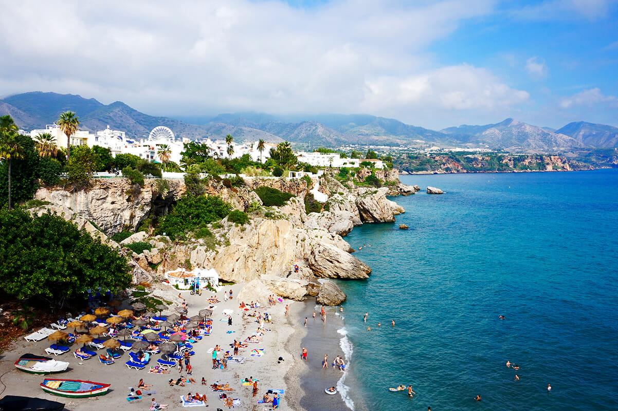 Panorámica orilla acantilados playa Balcón de Europa Nerja Málaga