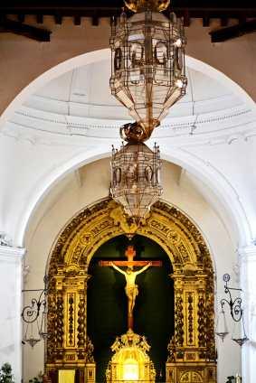 Altar mayor Cristo cruz lámpara barroco Parroquia El Salvador Nerja Málaga Andalucía