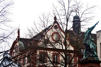 Ramas árbol esquina edificio barroco ayuntamiento Offenburg Alemania