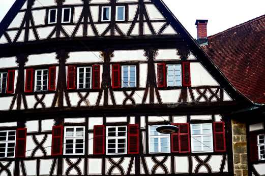 Simetría fachada madera ventanas góticas medievales centro histórico Esslingen Am Neckar Selva Negra Alemania