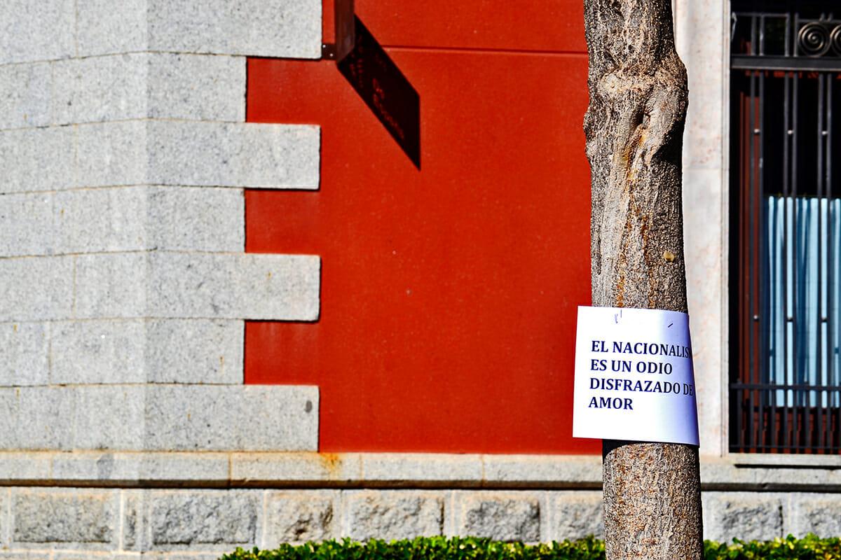 Pancarta anti nacionalismo árbol plaza Valdepeñas Ciudad Real Castilla La Mancha
