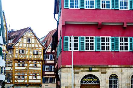 Ventanales madera fachadas góticas edificios centro histórico Esslingen Selva Negra Alemania