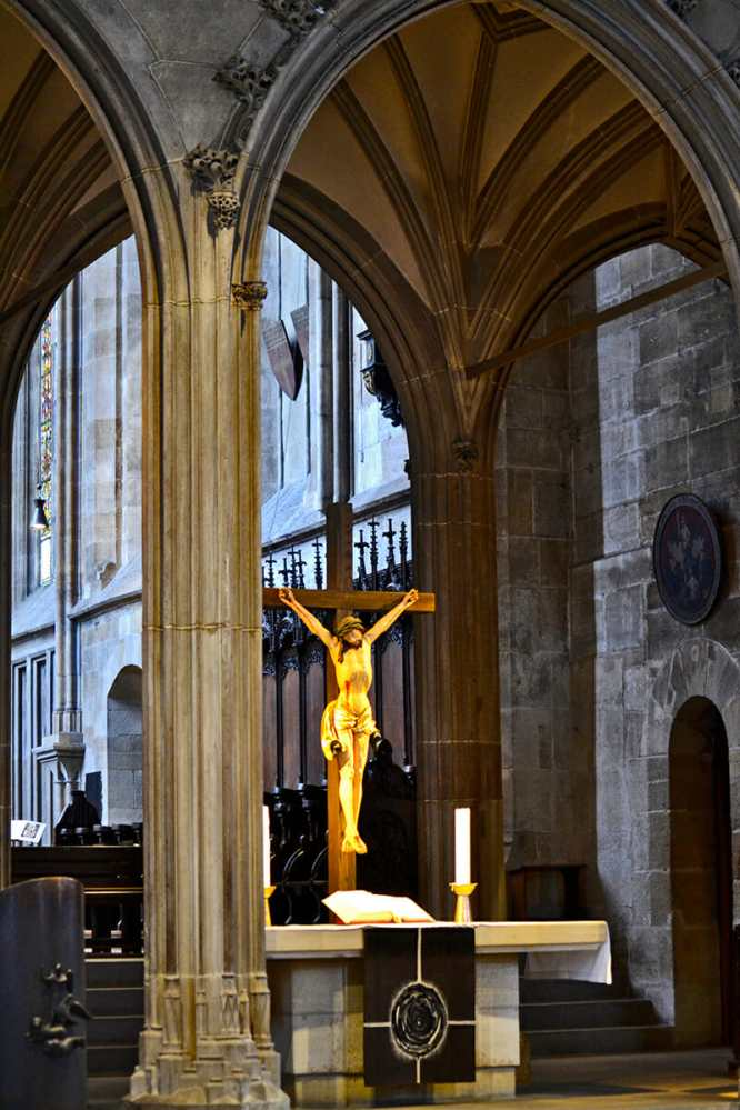 Crucifijo Cristo interior iglesia Stadtkirche St. Dionys Esslingen Am Neckar