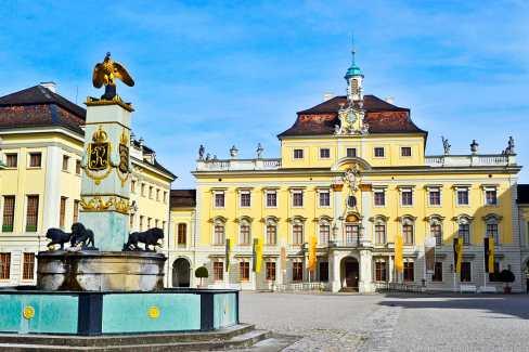 Fachada principal y fuente Palacio Ludwigsburg Selva Negra Alemania