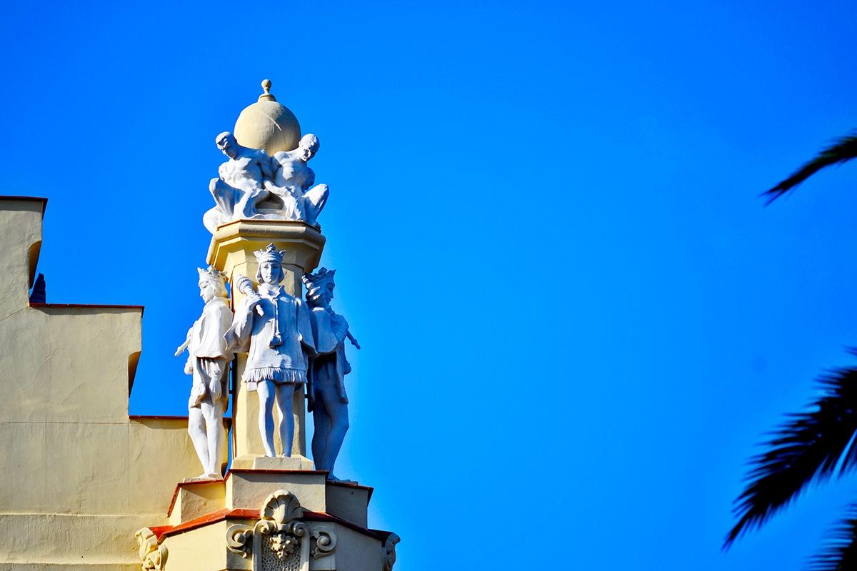 Esculturas neobarrocas bastos columna Ayuntamiento
