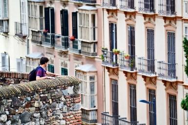 Hombre vistas terraza Alcazaba Málaga fachadas balcones imagen