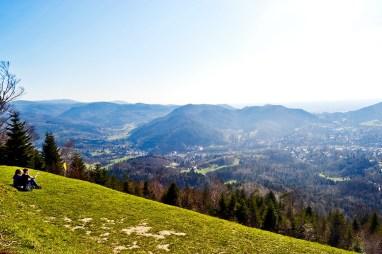 Jóvenes césped panorámica monte Merkur Selva Negra Alemania