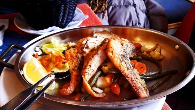 Plato salmón brasa verduras restaurante Bade Baden Alemania