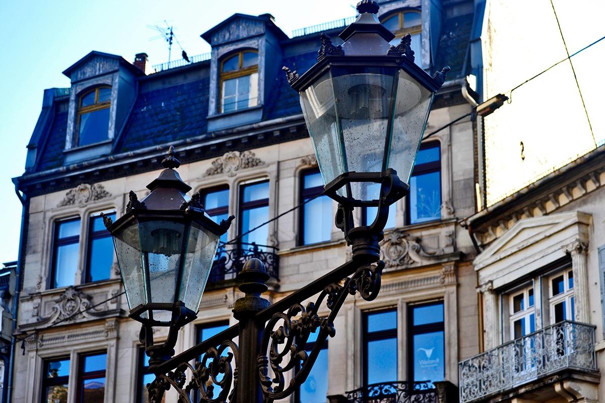Detalle farolas ventanales edificio centro histórico Baden Baden Alemania