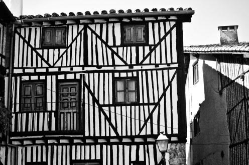 Líneas verticales medievales fachada viviendas Mogarraz Salamanca blanco y negro
