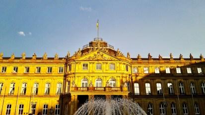 Fachada principal Neues Schloss fuente Schlossplatz Stuttgart Alemania