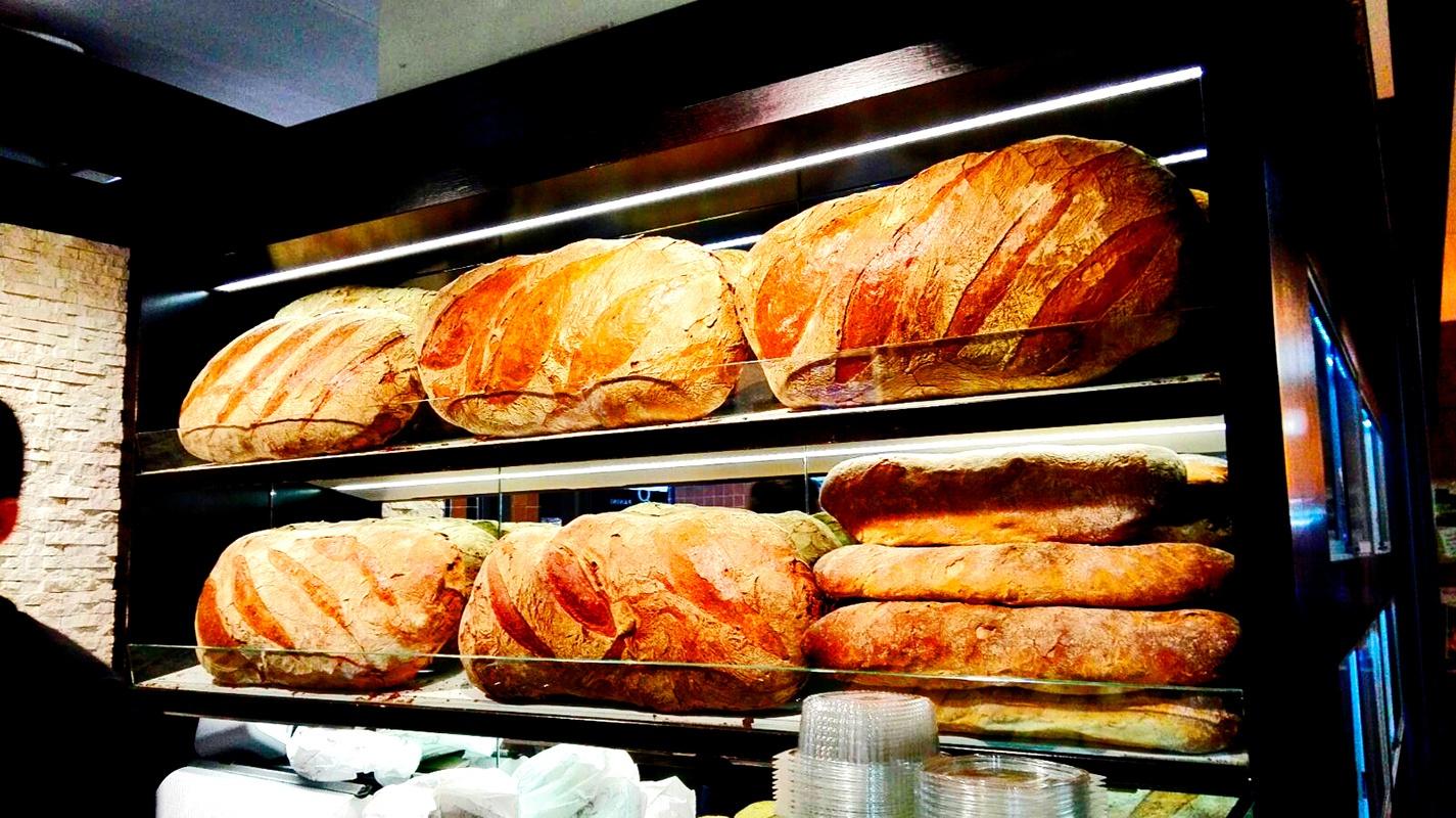 Exposición panes artesanos gigantes panadería Stuttgart