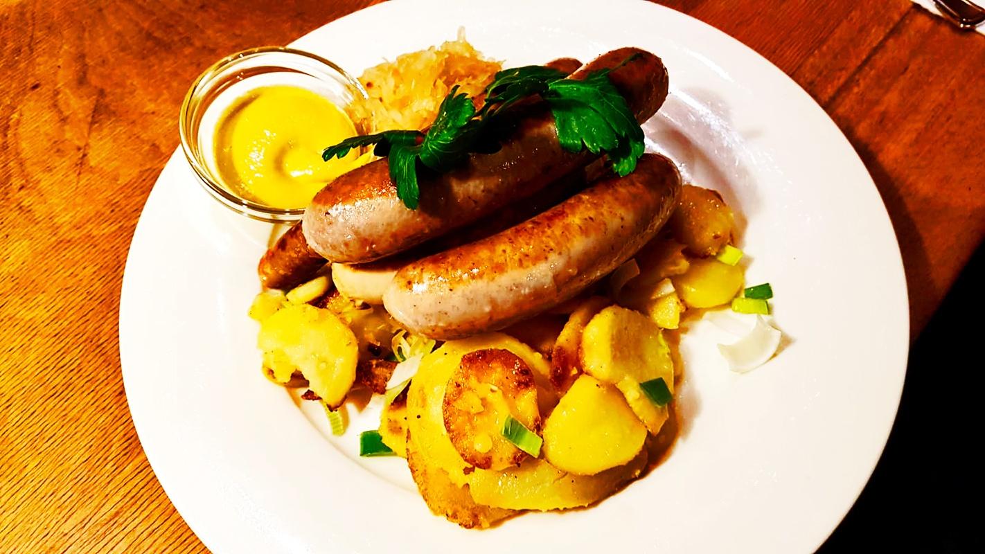 Salchichas bratwurst patatas Friburgo Alemania