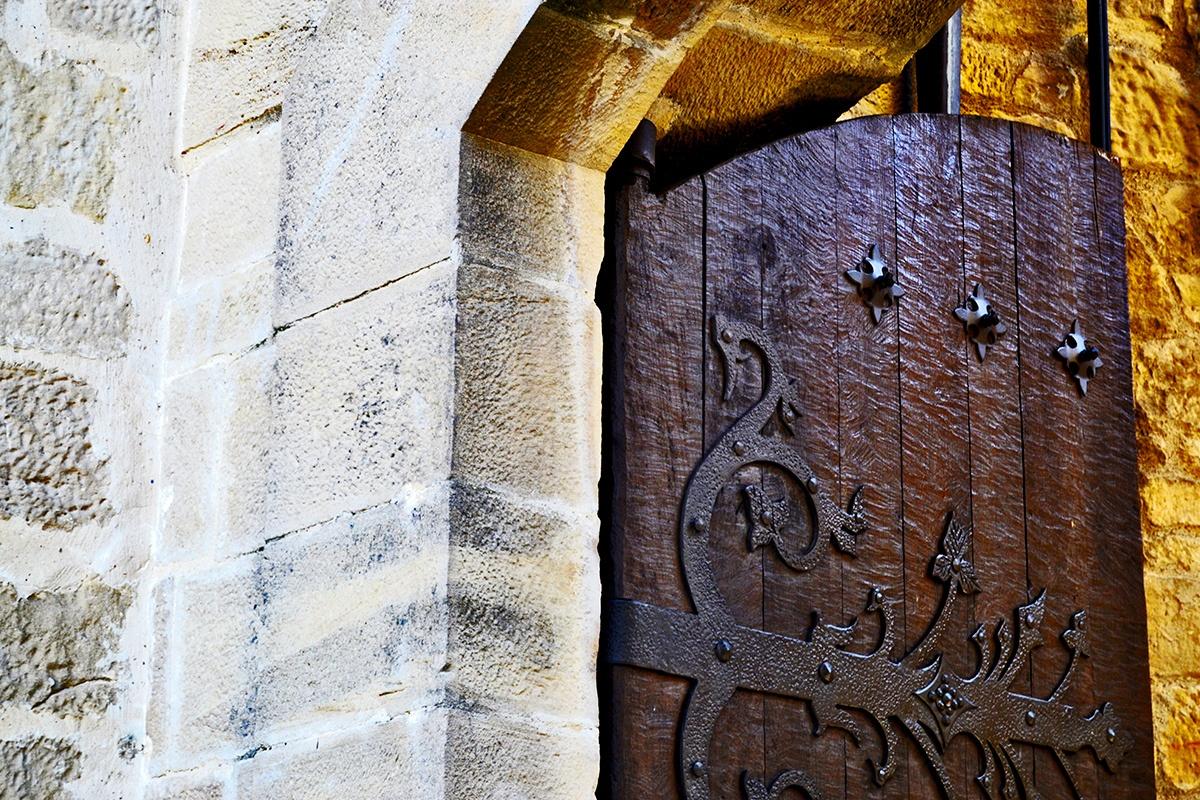 Portón abierto muros Elciego Álava