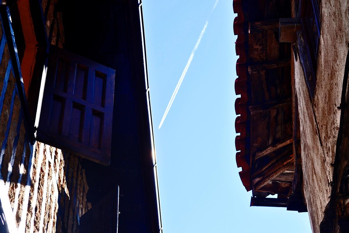 Estela avión tejados La Alberca