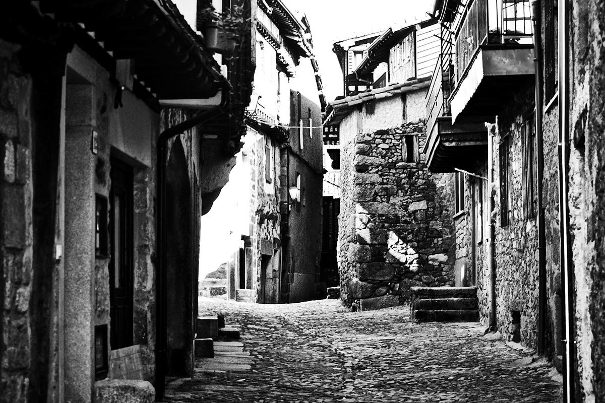 Callejuela vacía La Alberca blanco y negro
