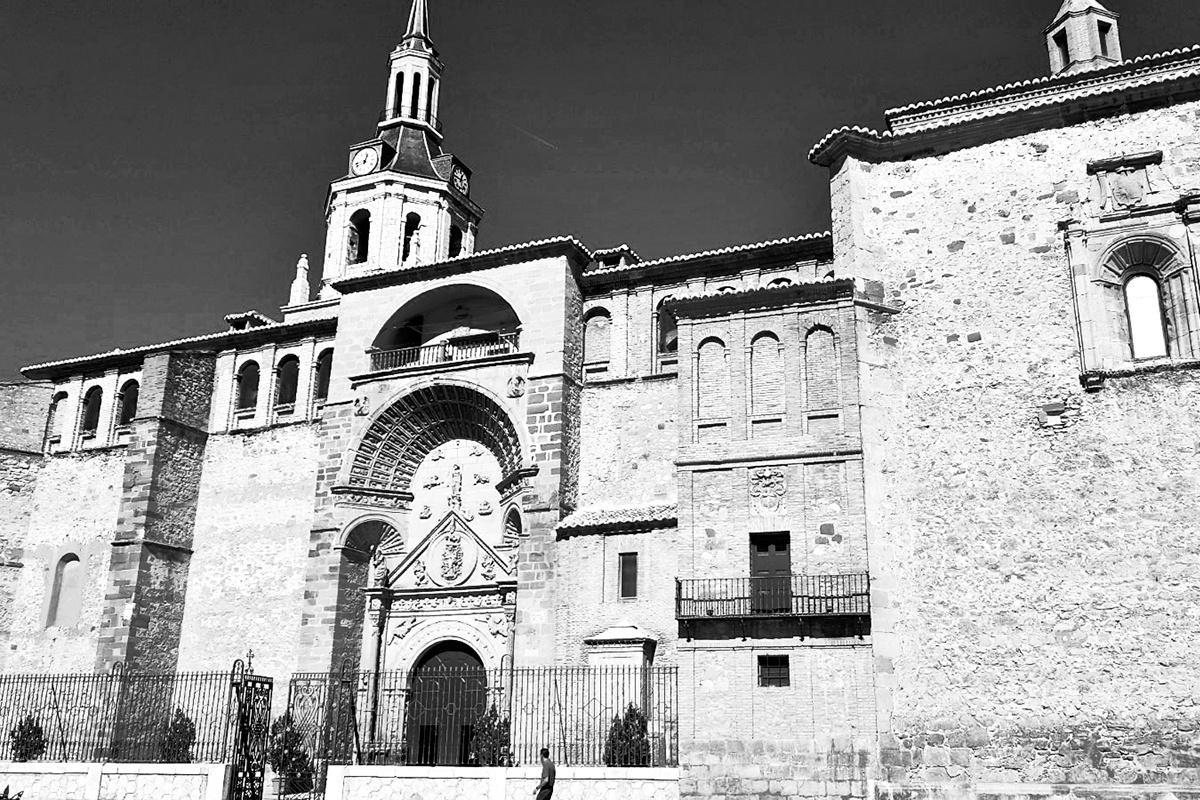 Fachada Nuestra Señora de la Asunción Manzanares blanco y negro