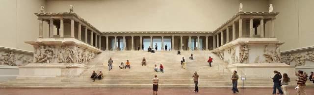1280px-Berlin - Pergamonmuseum - Altar 01. Pegamonmuseum (Berlín)