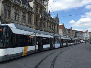 moderno tranvía cerca Catedral