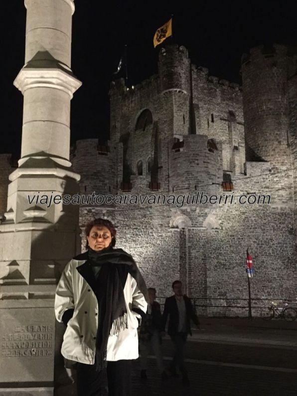 castillo y plaza por la noche