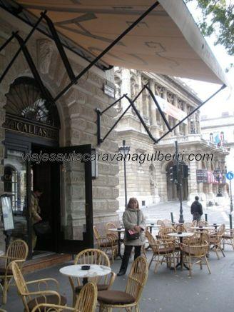 Cafetería Callas, al fondo la Ópera Estatal