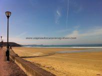 Playa de Caroual, junto al área; aquí se hacen carreras de carsurf, o parecido, winsurf con ruedas
