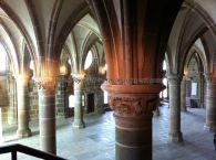 la iluminación desde los ábsides de las columnas proporciona un adecuado y agradable efecto en la Sala de los Caballeros, donde se recibía a los nobles