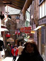 la siempre concurrida de turistas Grand Rue Intra Muros