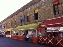 Rue Jacques Cartier, plagada de restaurantes con terrazas cubiertas; Taverne Bretonne, en el centro, donde comimos