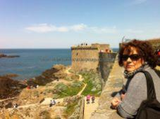 asomados a la ronda de guardia de Intra-Muros, la ciudad amurallada de Saint Malo