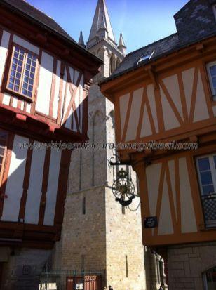 la torre campanario de la catedral pone paz entre dos vecinos enfrentados: los entramados se vencen y cada planta es más ancha que la anterior, aquí el efecto óptico no es la causa principal