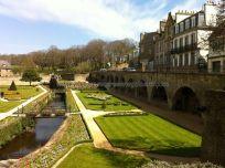 riachuelo y jardines jalonan el recinto amurallado