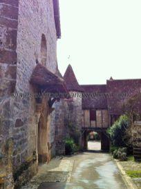 Iglesia Saint Jean Baptiste, y arco de salida del recinto fortificado