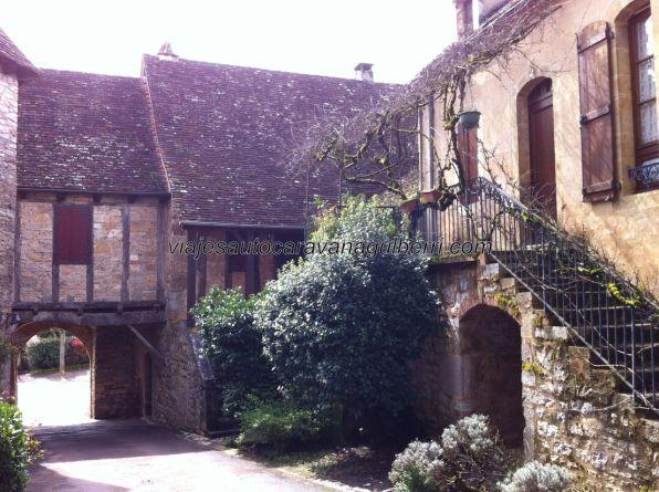 encantador rincón en el arco puerta de acceso al recinto en la zona de la Iglesia