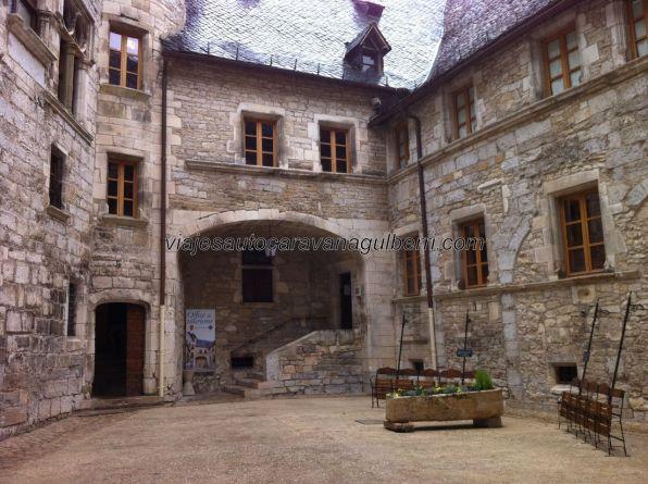 patio típico, con la oficina de turismo