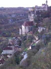 casas en el primer nivel, Santuario Virgen Negra en el segundo, y Castillo en el tercero