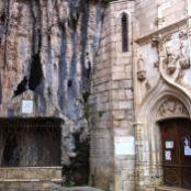 entrada a la Capilla de la Virgen Negra, a la derecha, y lugar donde encontraron el cuerpo 'incorrupto' del eremita Amador, a la izquierda