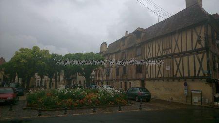 encantadora, florida y coqueta plaza, con sus entramados, y presidida por una estatua en piedra de Cyrano de Bergerac