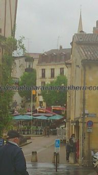al fondo, la agradable Place Pelissière, centro neurálgico turístico de Bergerac, con sus terrazas